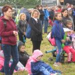 Rodzice i dzieci słuchają Mszy Św.