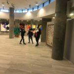 Uczniowie na holu Centrum Olimpijskiego.