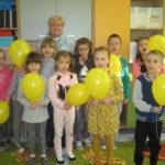 Uczniowie z żółtymi balonikami.