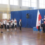 Pierwszaki stoją obok pocztu flagowego.