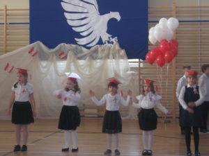 Uczniowie śpiewają.