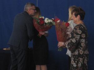 Rodzice wręczają Panu Wójtowi kwiaty.