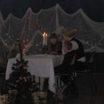 Aktorzy siedzą przy stole.