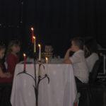 Aktorzy siedzą przy stole