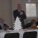 Pan Wójt kieruje słowa do zgromadzonych przy wigilijnym stole.