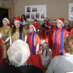 Dziewczynki śpiewają kolędy.