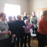 Seniorzy oklaskują małych artystów.