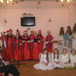 Dzieci śpiewają kolędy.