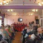 Seniorzy oglądają występ.