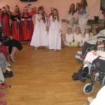 Dziewczynki śpiewają kolędy