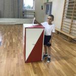 Uczeń wrzuca swój głos do urny