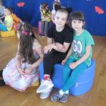 Dzieci prezentują swoje stroje.