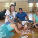 Rodzice z dziećmi rysują herby rodzin.
