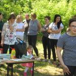 Rodzice i dzieci podczas pikniku.