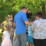 Rodzice i dzieci podczas pikniku