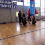 Dziewczęta tańczą.