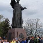 Uczniowie u stóp pomnika Jana Pawła II.