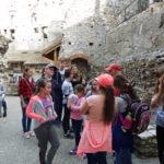 Uczniowie na dziedzińcu zamku.