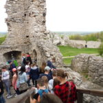 Uczniowie w ruinach zamku.