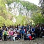 Zdjęcie uczestników wycieczki na tle gór.