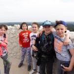 Uczniowie na wieży zamku.