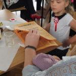 Goście czytają ulotki.