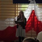 Dziewczyna śpiewa pieśń.