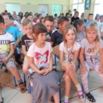 Dzieci siedzą na widowni.