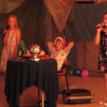 Dzieci grają na scenie.