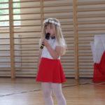 Dziewczynka mówi wiersz.
