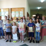 Dzieci prezentują dyplomy