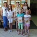 Dzieci prezentują dyplomy,