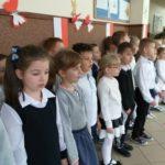 Uczniowie śpiewają hymn.