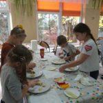 Dzieci przygotowują posiłek.