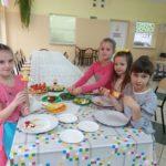 Dzieci przygotowują posiłek