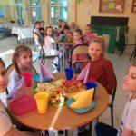 Dzieci prezentują nakryte stoły.