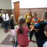 Dzieci częstują kolegów koreczkami.
