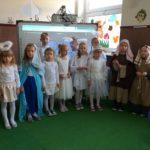 Dzieci śpiewaja.