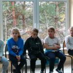 uczniowie uważnie słuchają rad ratownika