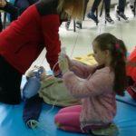 uczennica pomaga ratownikowi