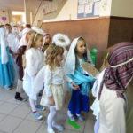 dzieci w strojach świętych i aniołów
