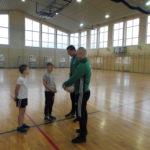 uczniowie dziękują trenerom