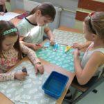 Uczniowie klasy II ozdabiają pierniczki.