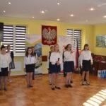 Dzieci śpiewają.