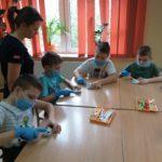 dzieci dokonują zabiegu stomatologicznego