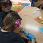 dzieci uczą się czyścić zęby