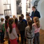 Dzieci słuchają przewodnika.