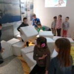 Dzieci układają igloo.