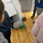 Dzieci wchodzą do igloo.