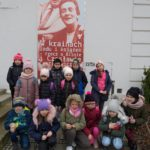 Dzieci przed muzeum.